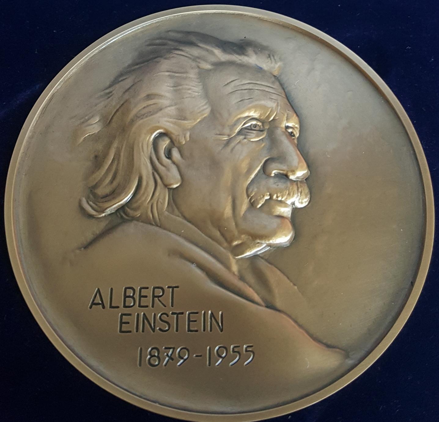 Albert-Einstein-23