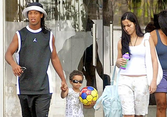 ronaldinho y Janaína Nattielle con su hijo